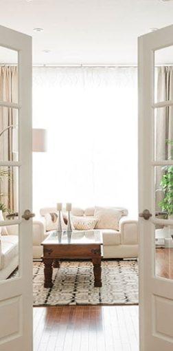 portes françaises s'ouvrant sur un salon spacieux et lumineux