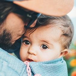 Père qui embrasse son bébé