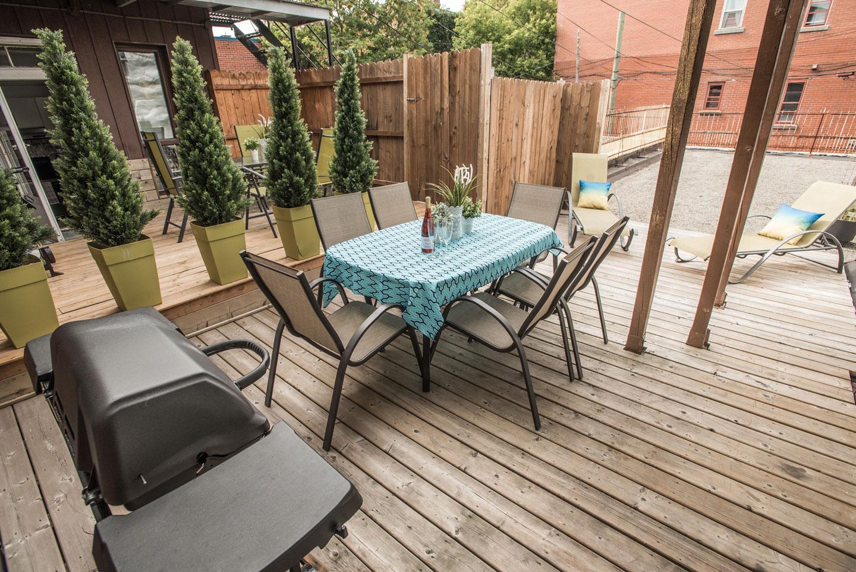 Château du Plateau: terrasse avec BBQ et table pour prendre les repas à l'extérieur