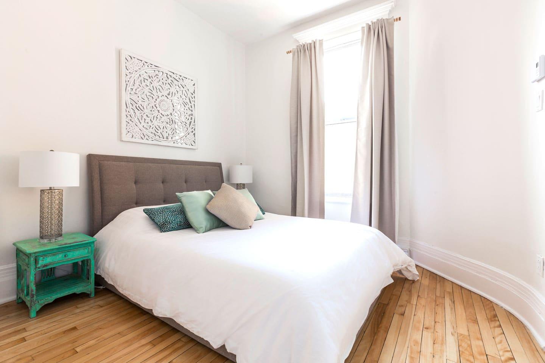 Chic Laurier: chambre 3, lit queen, matelas en mousse memoire