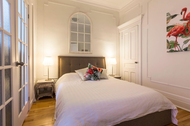 Chic Laurier: chambre 2, lit queen avec matelas en mousse mémoire