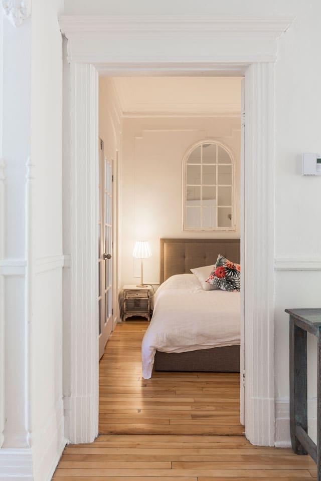 Chic Laurier: vue de la chambre 2, lit queen