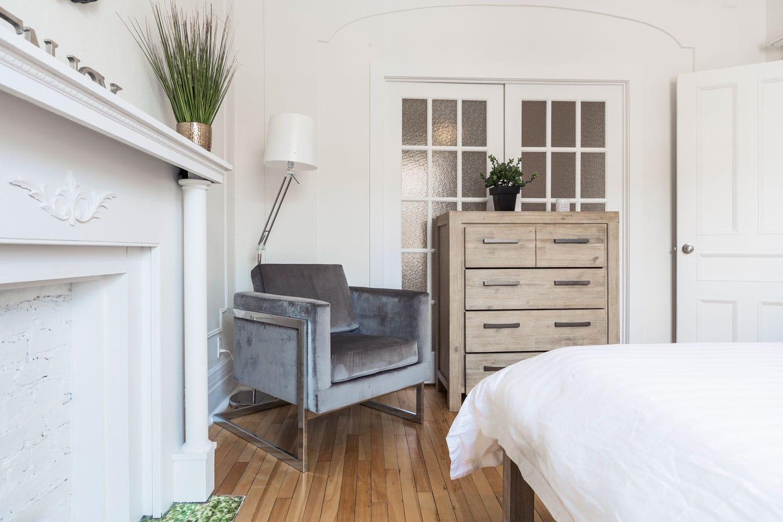 Chic Laurier: chambre des maîtres avec foyer, fauteuil et penderie