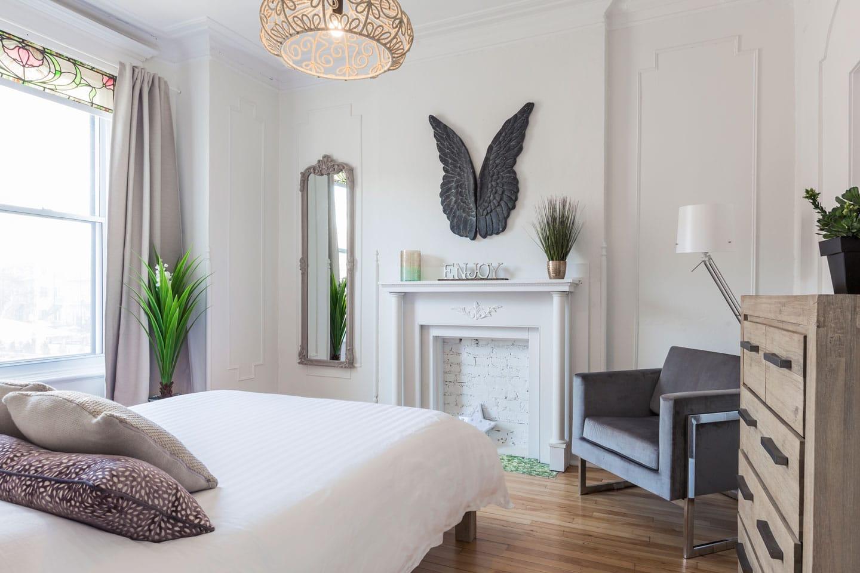 Chic Laurier: chambre des maîtres, lumineux, lit queen, foyer