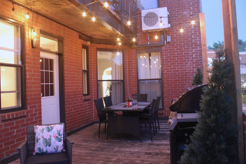 Chic Laurier: terrasse avec table extérieure, BBQ et guirlandes de lumières pour des soirées à l'ambiance lounge