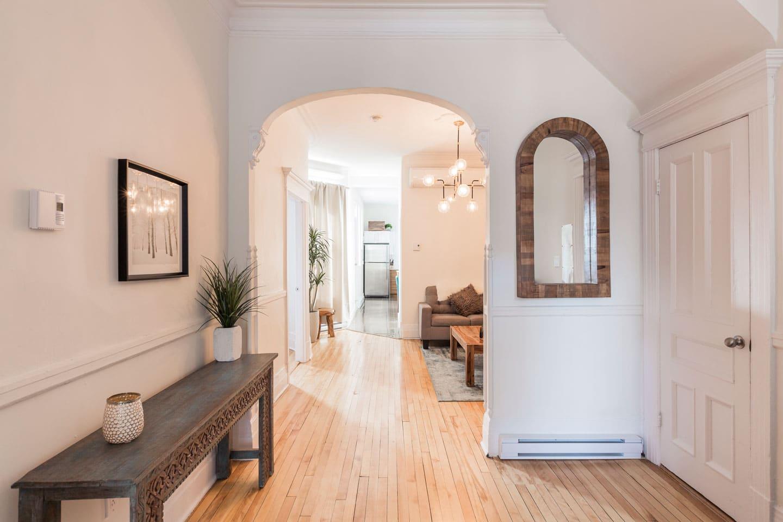 Chic Laurier: entrée spacieuse avec de beaux détails architecturaux