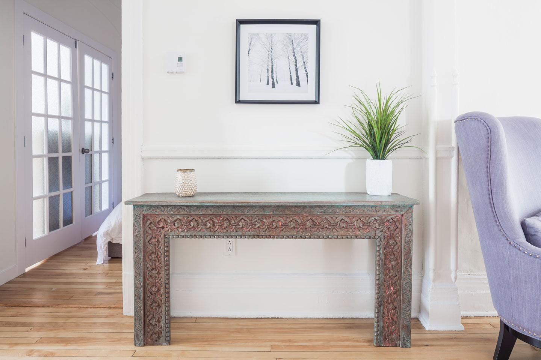 Chic Laurier: entrée avec mobilier exotique