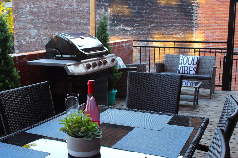 Chic Laurier: terrasse avec BBQ et table pour manger à l'extérieur
