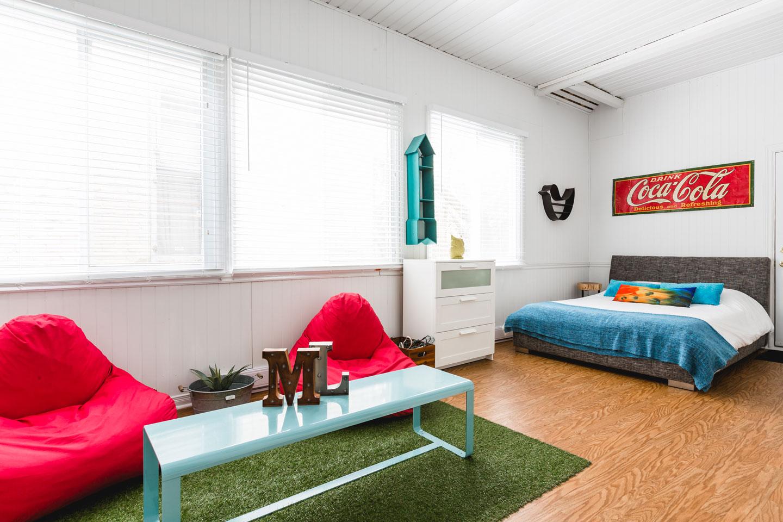 City Chalet : chambre veranda lumineuse avec de grandes fenêtres