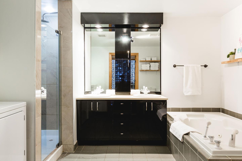 City Chalet : salle de bain avec douche italienne et 2 lavabos