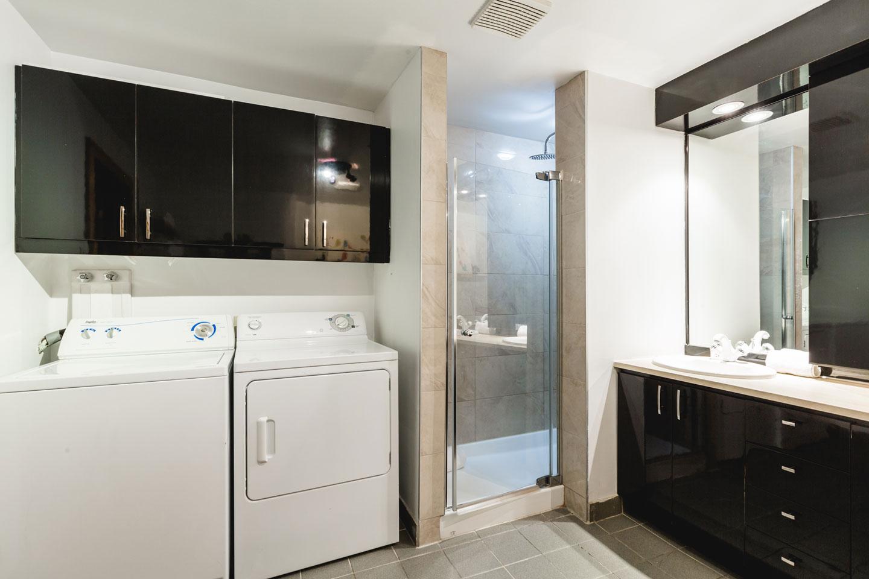City Chalet : salle de bain avec laveuse et sécheuse à linge