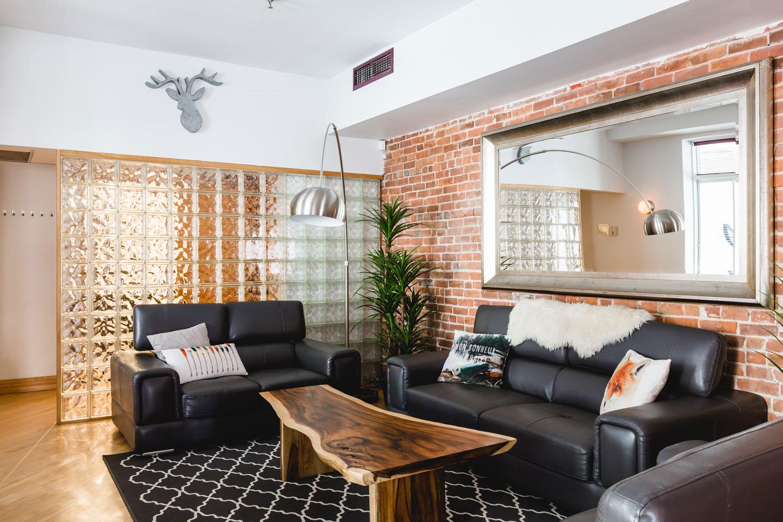 City Chalet : salon chaleureux avec sofas confortables