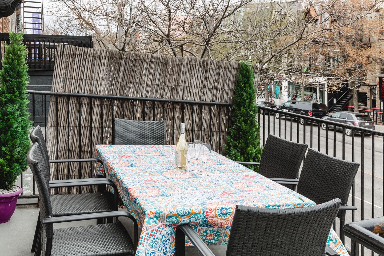 City Chalet : terrasse avant avec table pour prendre les repas à l'extérieur