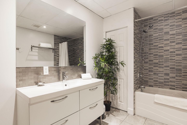 Entertainer: salle de bain spacieuse