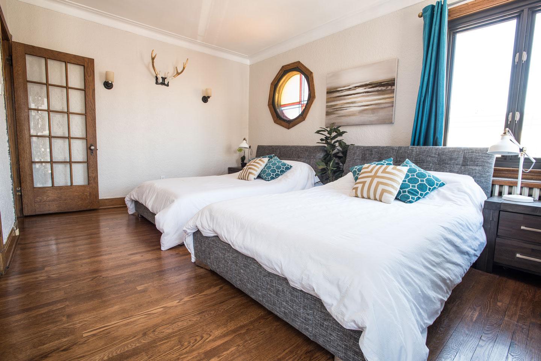 Golden kiss: chambre des maîtres avec deux lits doubles et matelas en mousse-mémoire confortables