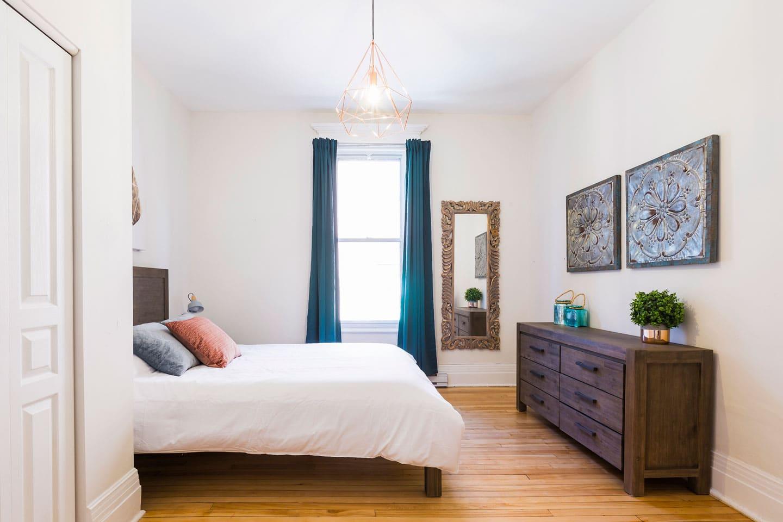 Chic Laurier #2: chambre 2, lit queen avec matelas confortable en mousse mémoire