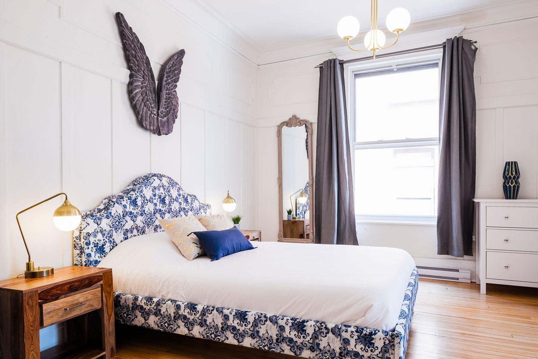 Chic Laurier #2: chambre des maîtres avec lit queen et matelas confortable en mousse mémoire