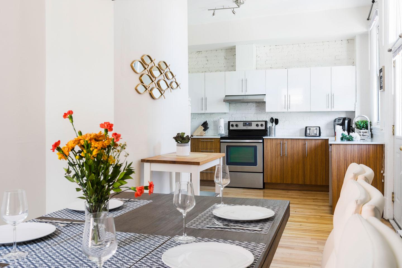 Chic Laurier #2: cuisine toute équipée avec lave-vaisselle et une table pour asseoir 6 personnes