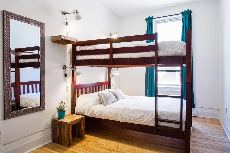 Chic Laurier #2: chambre avec lits doubles superposés avec matelas en mousse mémoire