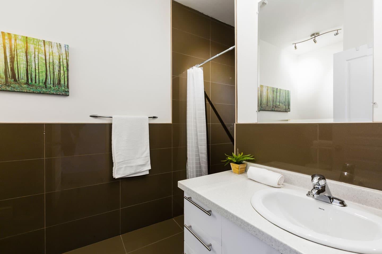 Chic Laurier #2: deux salles de bain complètes avec douche et toilette
