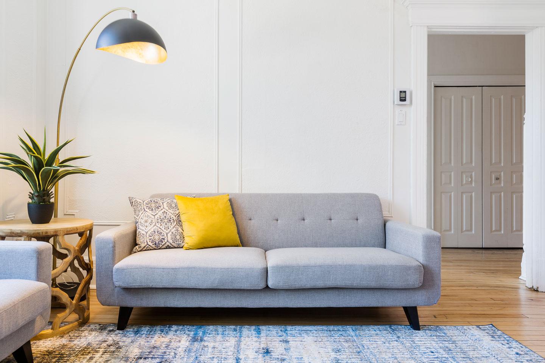 Chic Laurier #2: salon cozy, sofa neuf et confortable, lampe design parfaite pour une ambiance tamisée