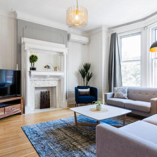 Chic Laurier #2: salon avec foyer et télé HD avec câble et Netflix, et Internet Wi-Fi haute vitesse