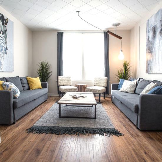MTL Zoo: salon très spacieux avec sofas confortables et décoré avec soin