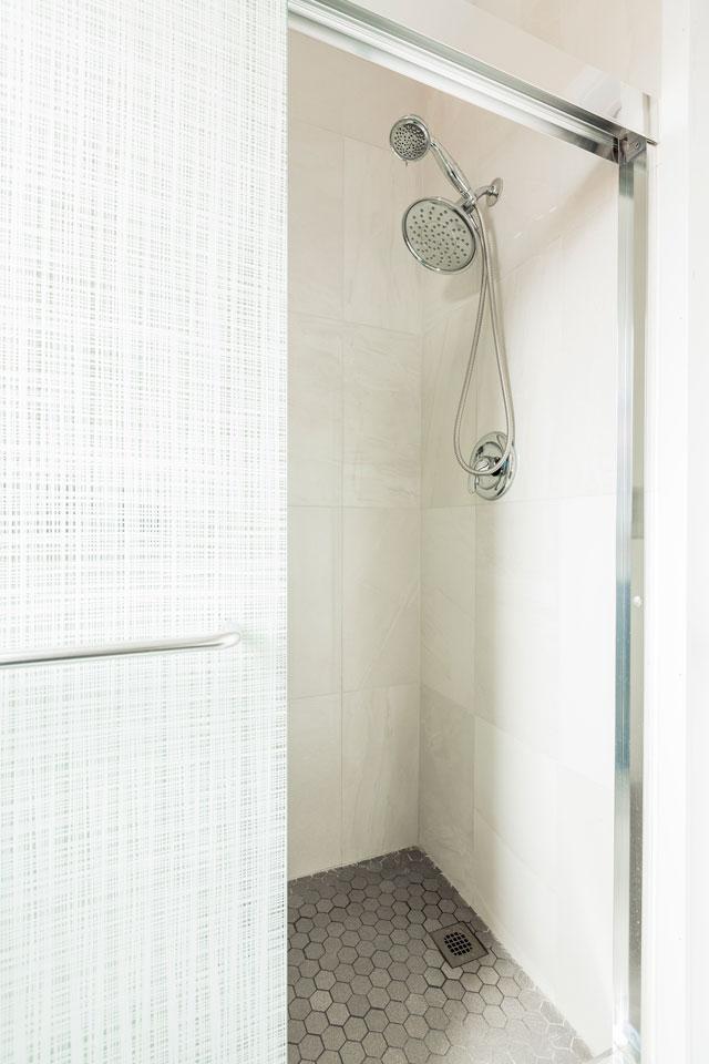 Scandinave: salle de bain avec grande douche
