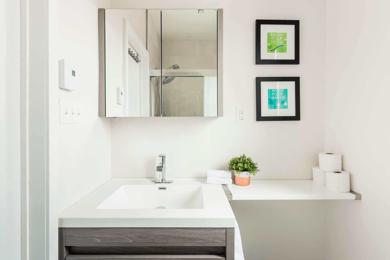 Scandinave: salle de bain rénovée et propre