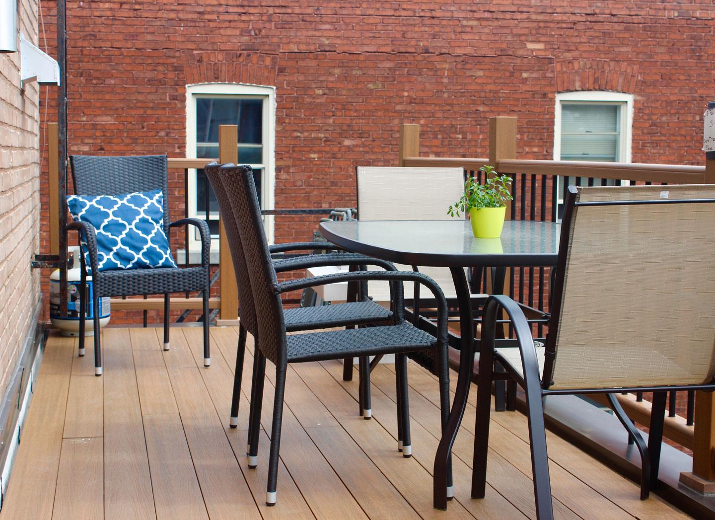 Scandinave: terrasse avec table à manger pour prendre les repas à l'extérieur