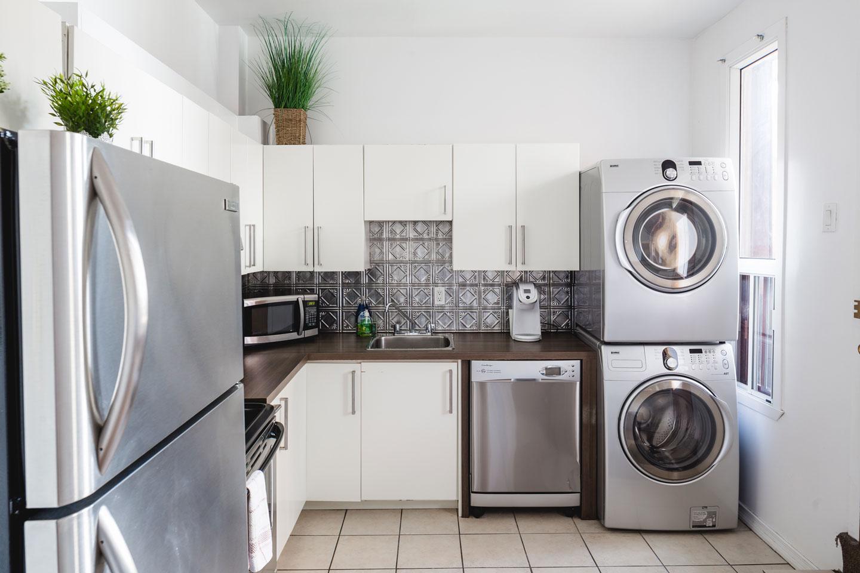 Vinyle: cuisine toute équipée avec lave-vaisselle, laveuse et sécheuse à linge
