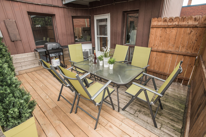 Vinyle: terrasse avec BBQ et table pour prendre les repas à l'extérieur