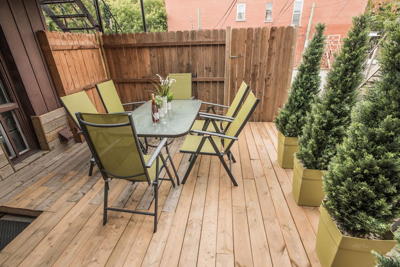 Vinyle: terrasse avec table pour 6 personnes