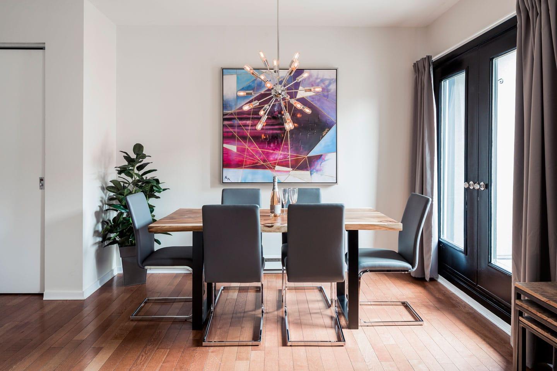 Suite 101: salle à manger avec table en bois d'acacia