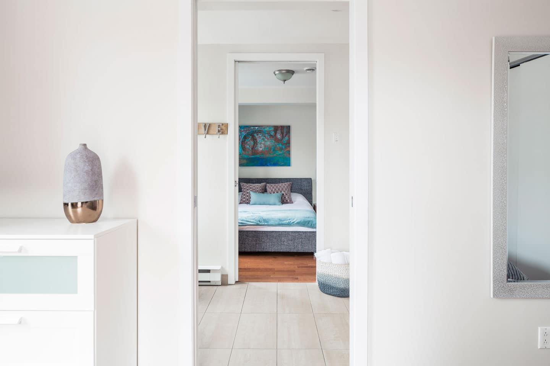 Suite 101: chambre vue de la salle de bain