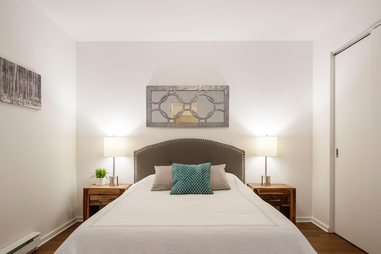 Suite 103: chambre avec lit queen et matelas ultra-confort en mousse-mémoire