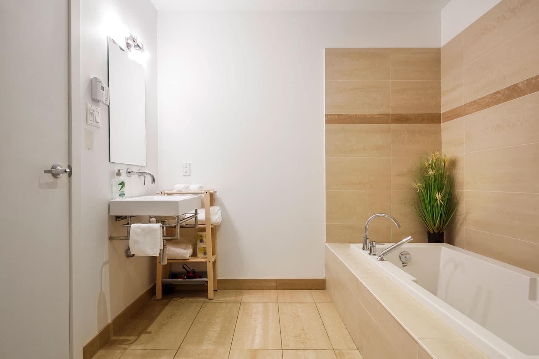 Suite 103: salle de bain avec très grand bain