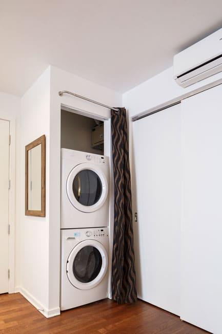 Suite 103: entrée avec laveuse et sécheuse à linge frontales