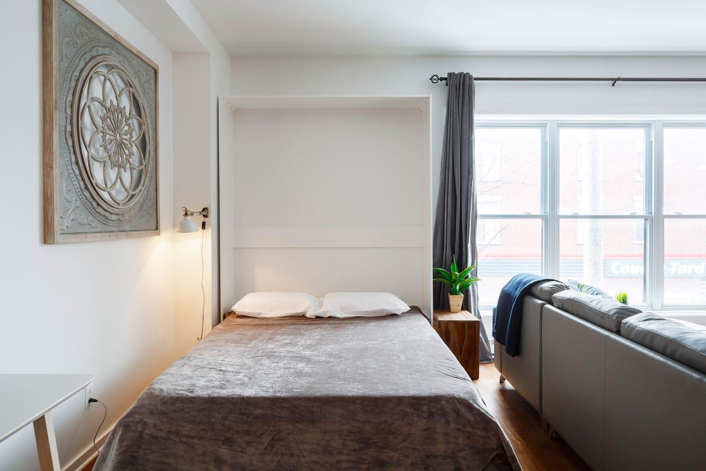 Suite 103: lit escamotable queen avec matelas en mousse-mémoire (ouvert)