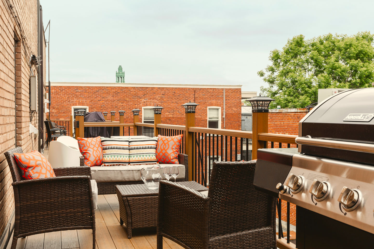 Golden kiss: shared patio with only one neighbor, furniture and BBQ only yours to use