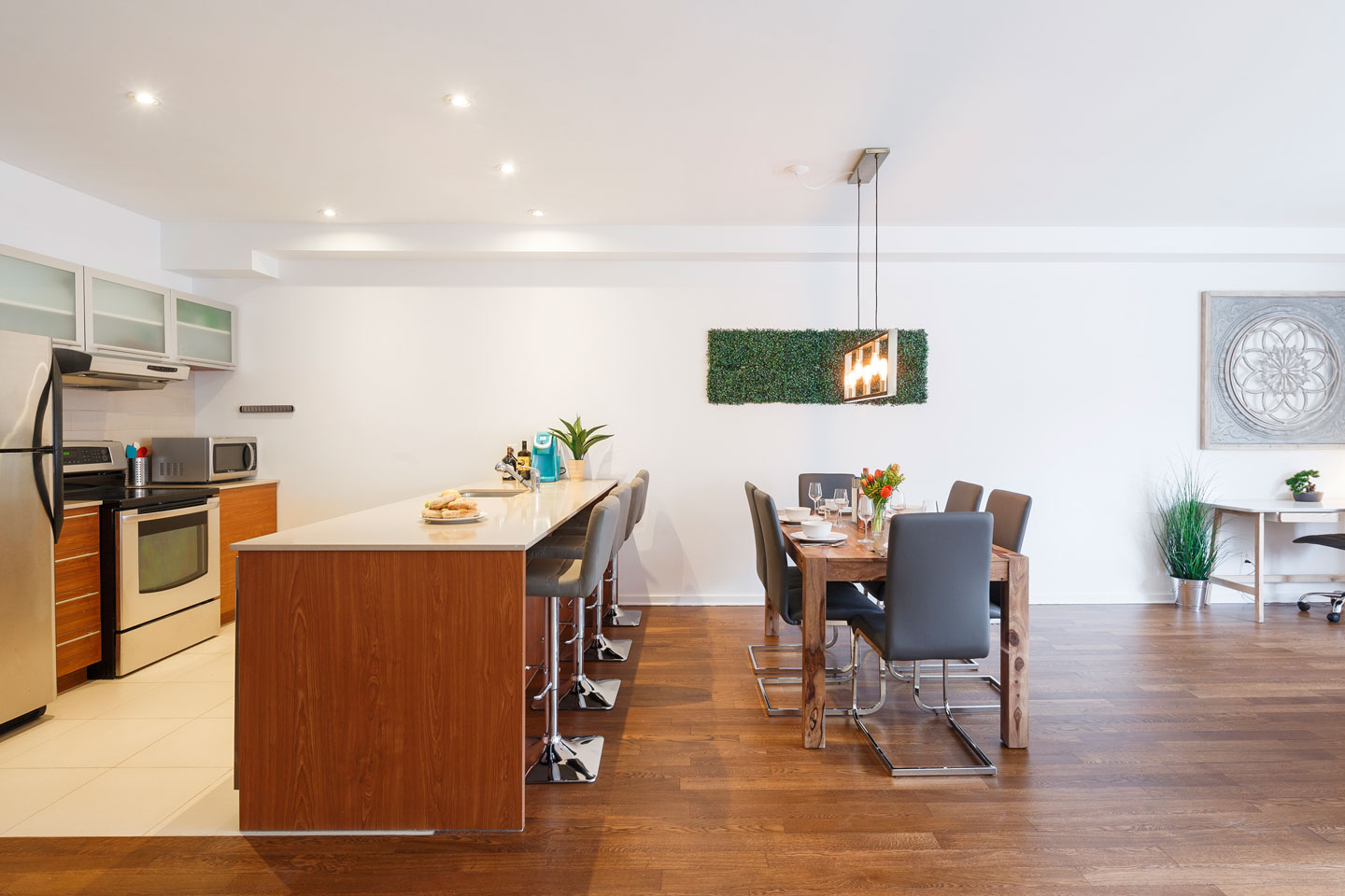 Suite 103: fully equipped kitchen and dining area