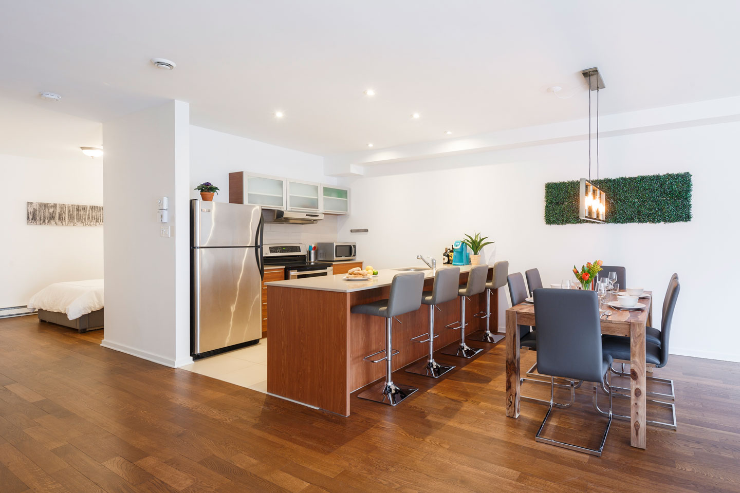 Suite 103: fully equipped kitchen with dishwasher
