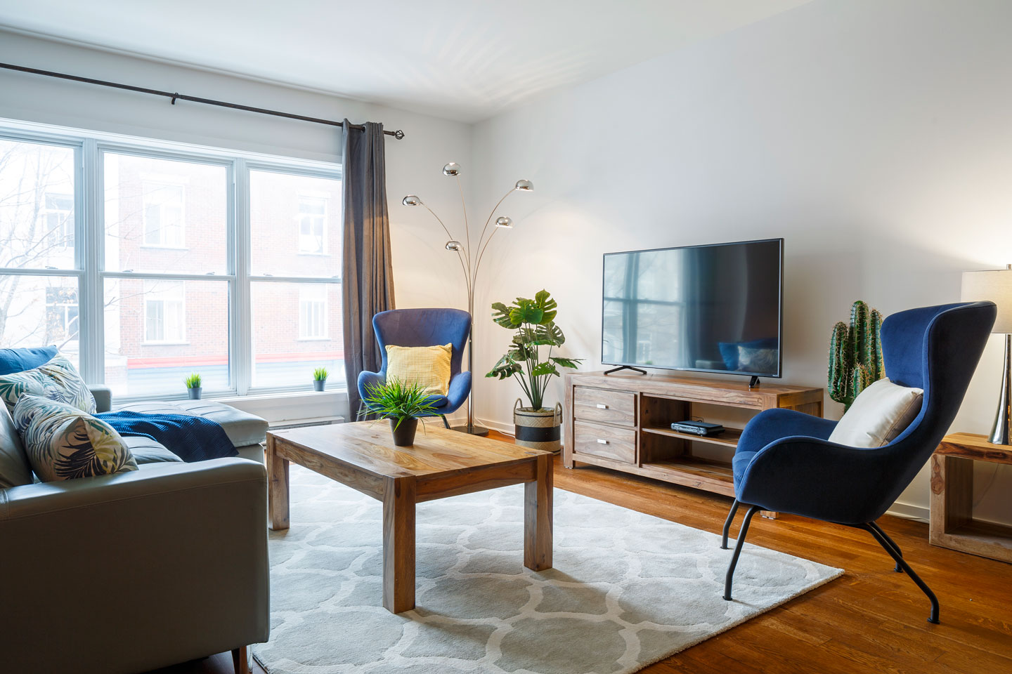 Suite 103: luminous living room with HD TV, cable, Netflix and free WiFi