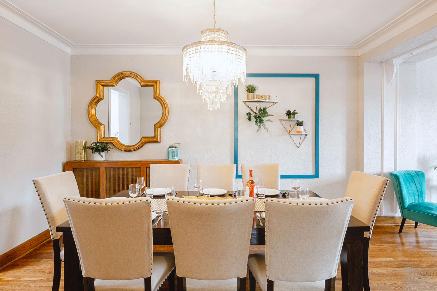 Golden kiss: lovely dining area with gold and turquoise decor