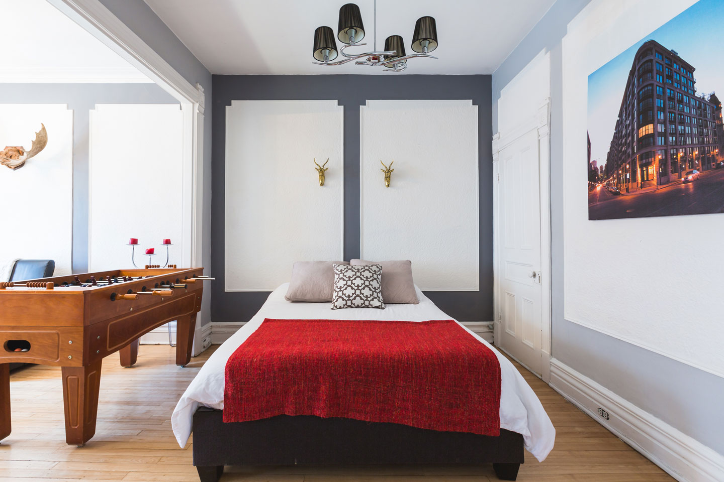 Château: bedroom with queen bed and memory foam mattress
