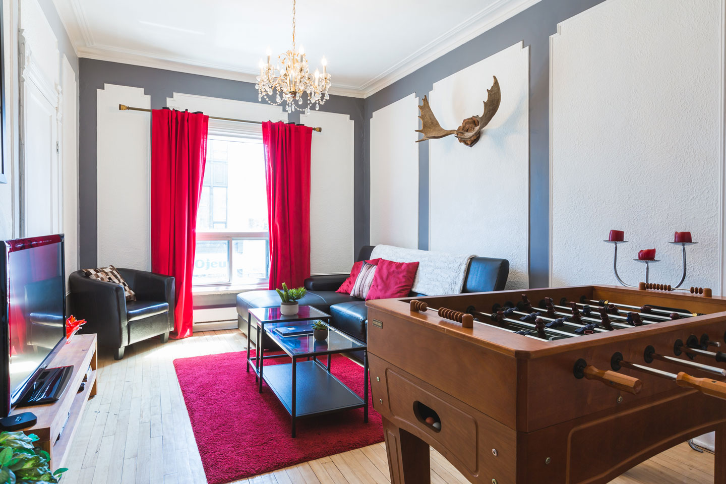 Château: living room with HD TV with cable and Netflix and babyfoot table