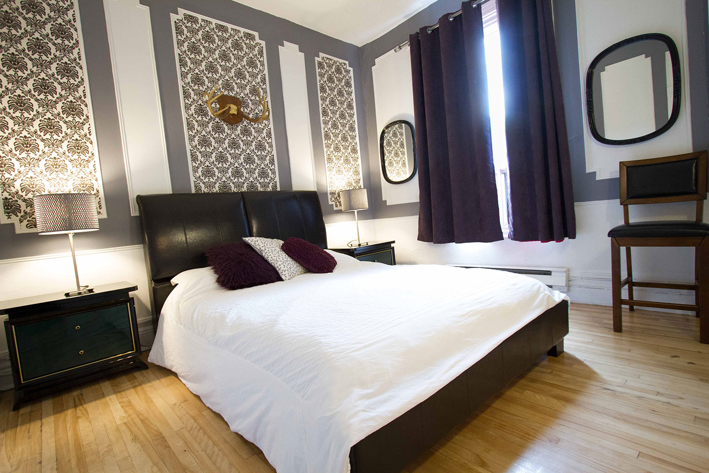Château: closed bedroom with queen bed and memory foam mattress