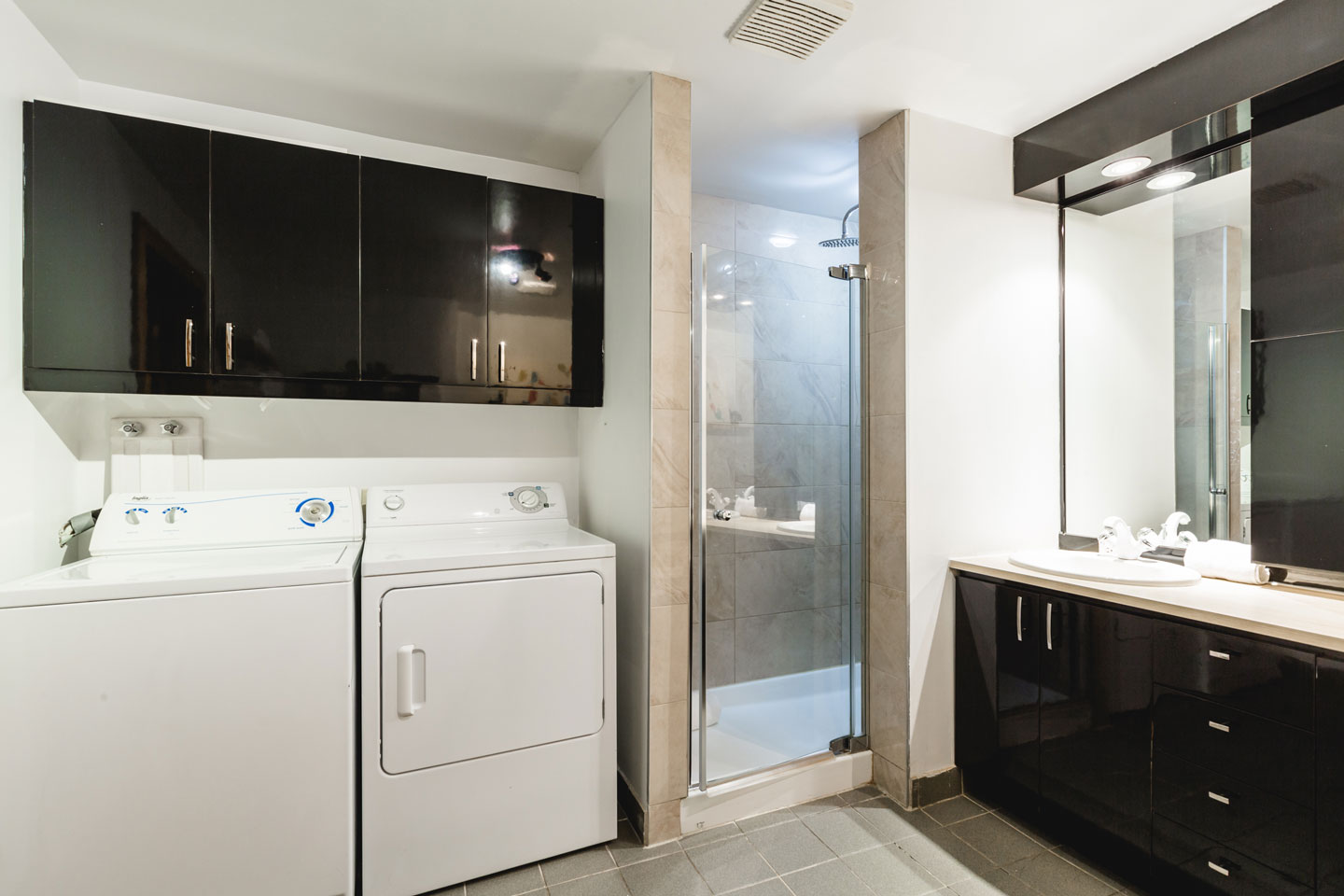 City chalet: spacious bathroom with washer and dryer