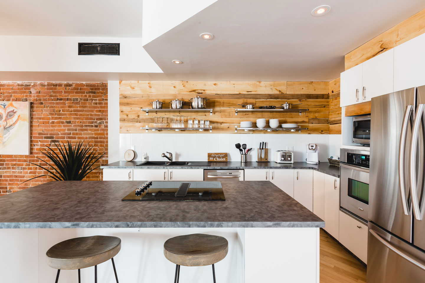 City chalet: kitchen with island and dishwasher