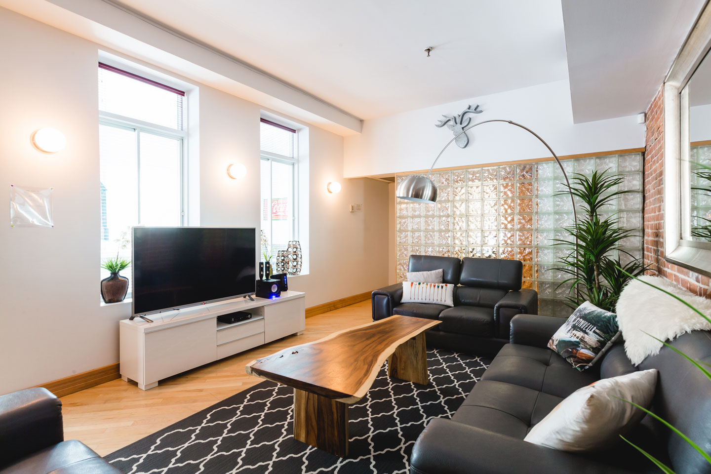 City chalet: living room with HD TV, Netflix and free WiFi